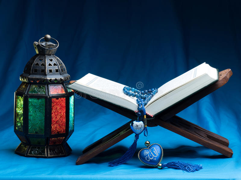 o livro sagrado islâmico, no fundo escuro imagem de stock