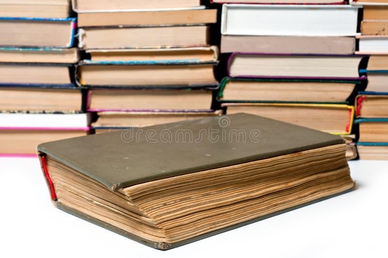 O livro velho é um um grande disparado grande no fundo de outros livros imagens de stock