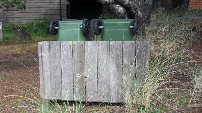 O lixo Recycle pode derramar feito da madeira imagem de stock