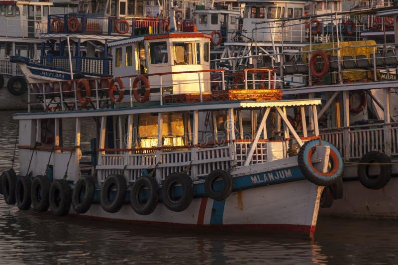 O Local aprecia a vista do porto em Muscat, Omã fotos de stock royalty free