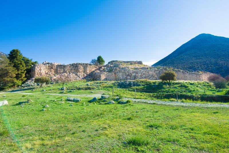 O local arqueológico de Mycenae perto da vila de Mykines, com túmulos antigos, as paredes gigantes e a porta famosa dos leões imagem de stock royalty free