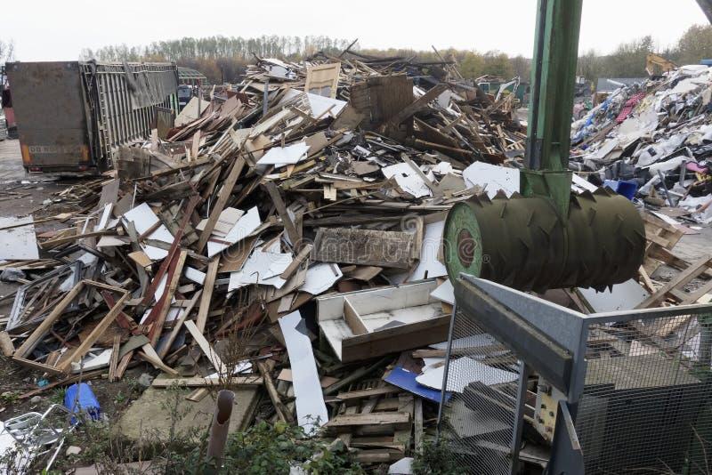 O local da descarga de desperdícios do lixo do refúgio que mostra muitos objetos de madeira despedaçou-se pela bola do ponto do m fotografia de stock royalty free