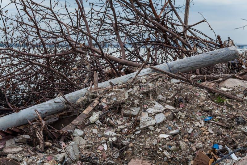 O local da sucata que indica o desastre gosta do tsunami, do terremoto, do furacão ou do tufão fotografia de stock