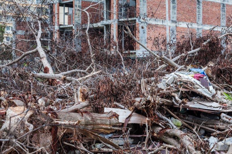 O local da sucata que indica o desastre gosta do tsunami, do terremoto, do furacão ou do tufão foto de stock