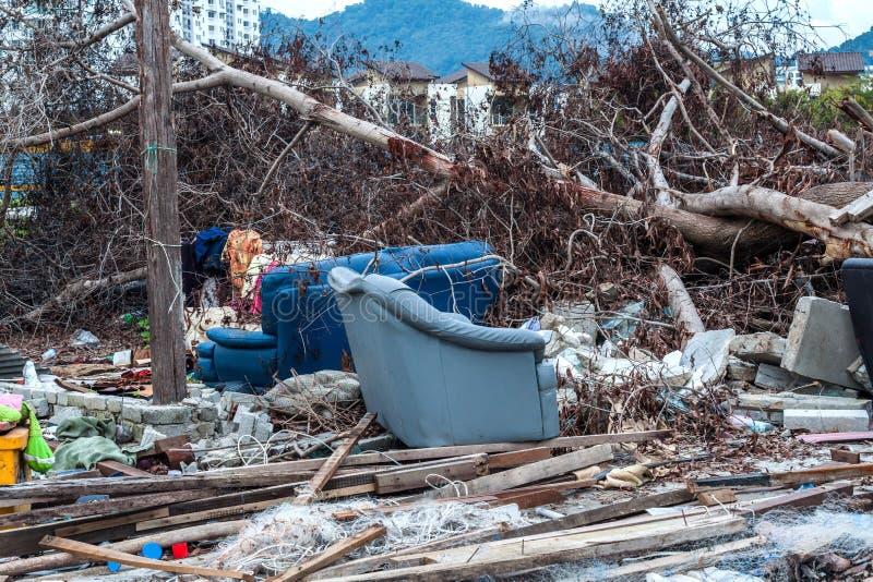 O local da sucata que indica o desastre gosta do tsunami, do terremoto, do furacão ou do tufão imagem de stock royalty free