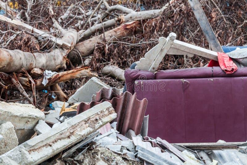 O local da sucata que indica o desastre gosta do tsunami, do terremoto, do furacão ou do tufão fotos de stock royalty free