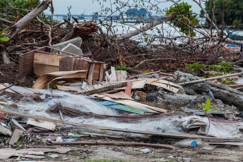 O local da sucata que indica o desastre gosta do tsunami, do terremoto, do furacão e do tufão imagem de stock