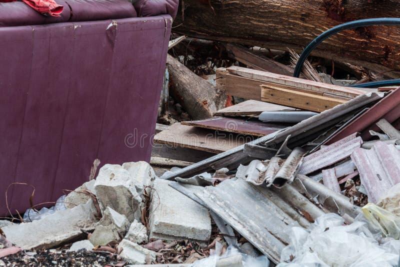 O local da sucata que indica o desastre gosta do tsunami, do terremoto, do furacão ou do tufão foto de stock royalty free