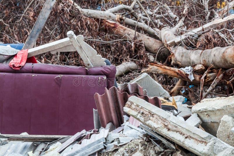 O local da sucata que indica o desastre gosta do tsunami, do terremoto, do furacão ou do tufão imagem de stock