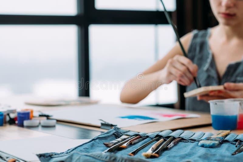O local de trabalho do artista inspirou o estúdio fêmea do pintor fotografia de stock