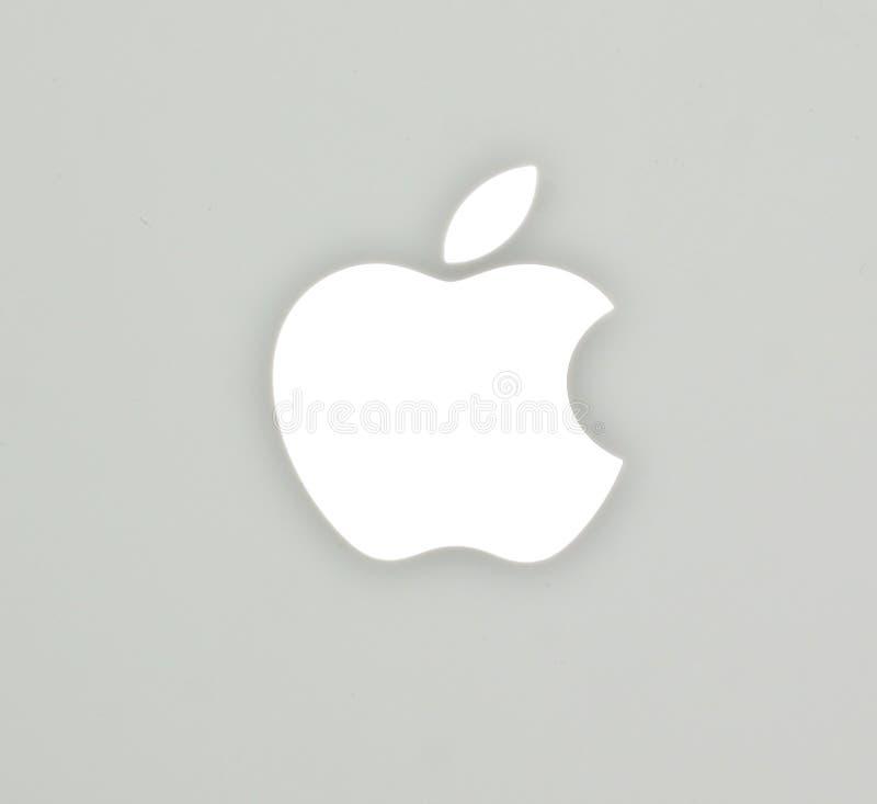 O logotipo de Apple no caderno do branco do livro do Mac fotografia de stock royalty free
