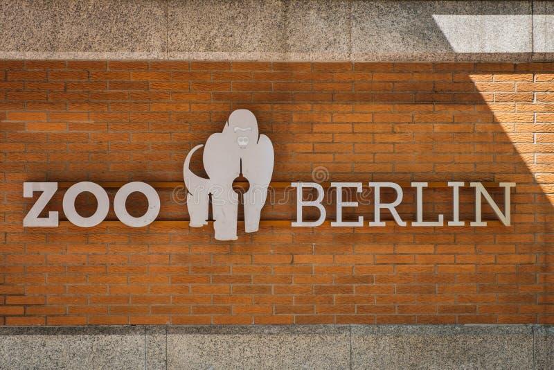 O logotipo de Berlin Zoo/jardim zoológico no facad da construção fotografia de stock