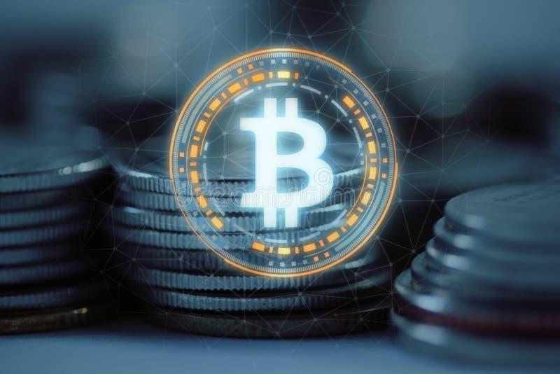 O logotipo de Bitcoin BTC conduziu o pairo do holograma sobre a pilha da pilha de moedas regulares com fundo prendido da rede ilustração stock
