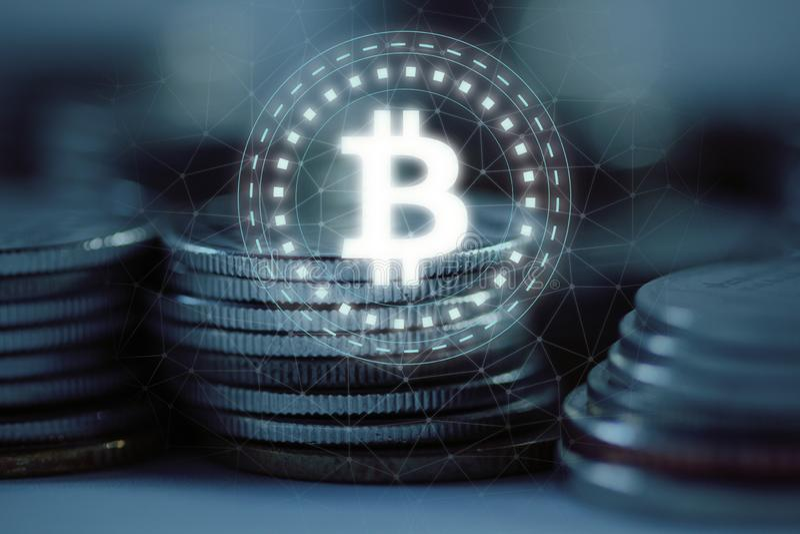 O logotipo de Bitcoin BTC conduziu o pairo do holograma sobre a pilha da pilha de moedas regulares com fundo prendido da rede ilustração do vetor