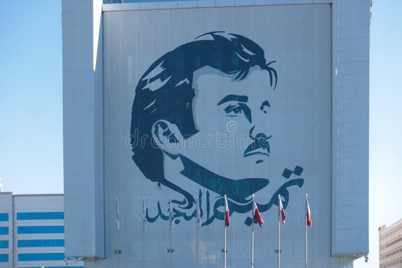 O logotipo de sua alteza o emir de Catar Após o embargo, o logotipo apareceu em toda parte em carros e em construções em Doha, Ca imagens de stock