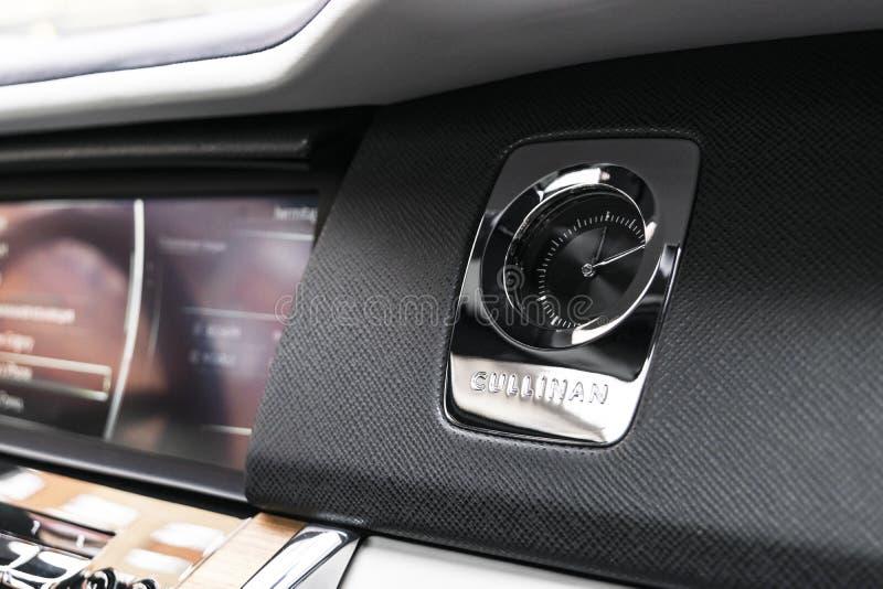 O logotipo novo de Rolls Royce Cullinan no interior de couro perfurado preto e branco Rolls royce Cullinan SUV luxuoso fotos de stock