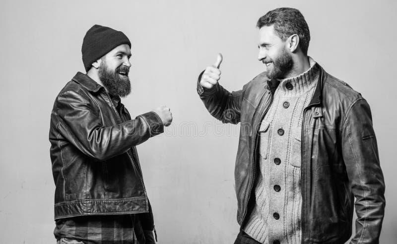 o Los hombres barbudos brutales llevan las chaquetas de cuero i Los amigos alegres se ven imagen de archivo libre de regalías