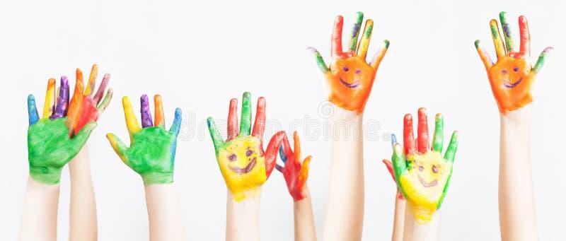 O lote das mãos pintadas aumentou acima, o dia das crianças fotos de stock royalty free