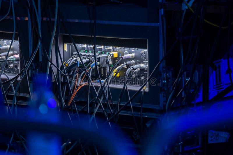 O lote dos cabos conecta equipamentos eletrônicos fotografia de stock