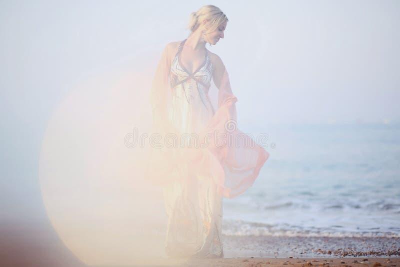 O louro bonito no fundo do por do sol fotografia de stock royalty free