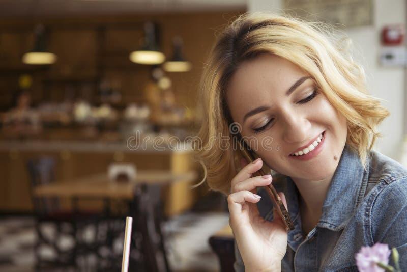 O louro com obscuridade enraíza a mulher caucasiano no equipamento ocasional do verão fotografia de stock royalty free