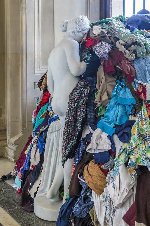 O Louvre começa com um gancho imagens de stock royalty free