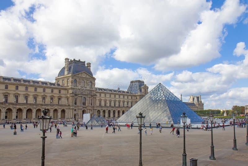 O Louvre ou o Museu do Louvre é o maior museu do mundo e um monumento histórico em Paris. imagens de stock
