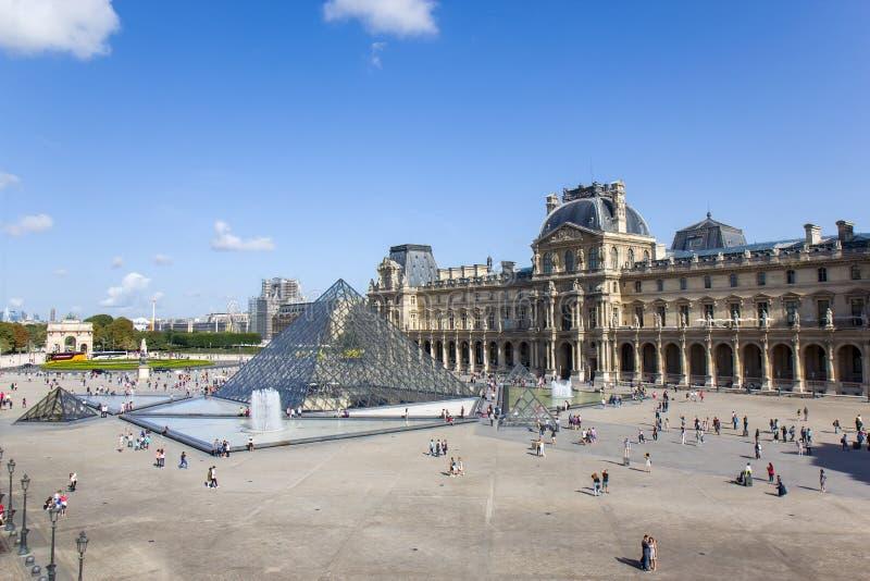 O Louvre ou o Museu do Louvre é o maior museu do mundo e um monumento histórico em Paris. fotografia de stock royalty free
