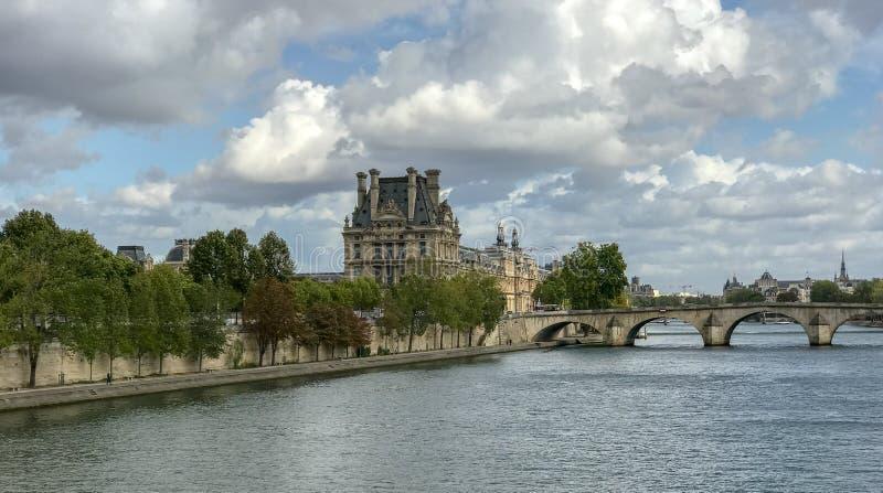 O Louvre visto através do dia de Seine setembro, Pari fotos de stock