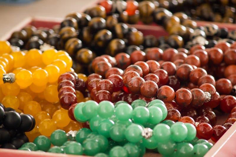 O lucro do pulso é feito da pedra em muitas cores fotos de stock royalty free