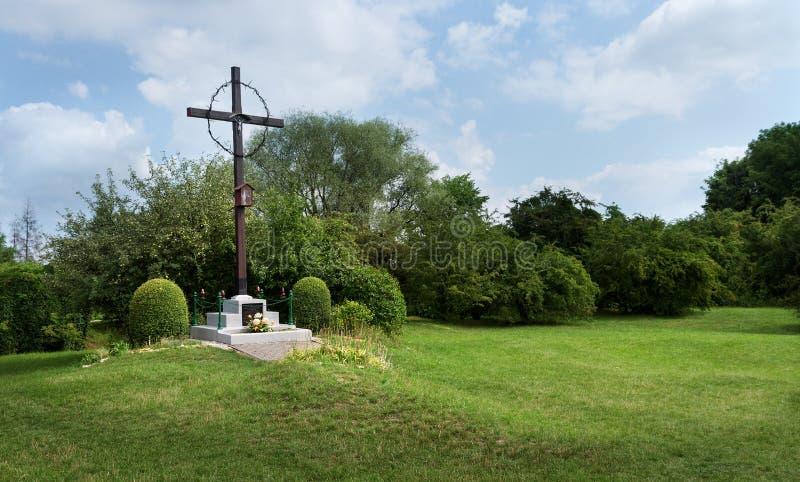 O lugar da sepultura maciça no campo de concentração alemão anterior Plaszow, Polônia fotografia de stock royalty free