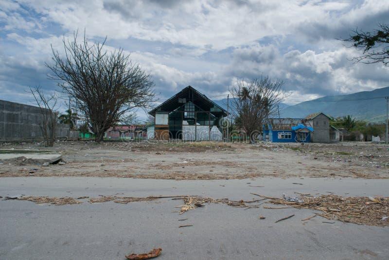 O lugar danificado causou pelo tsunami em Palu imagens de stock royalty free