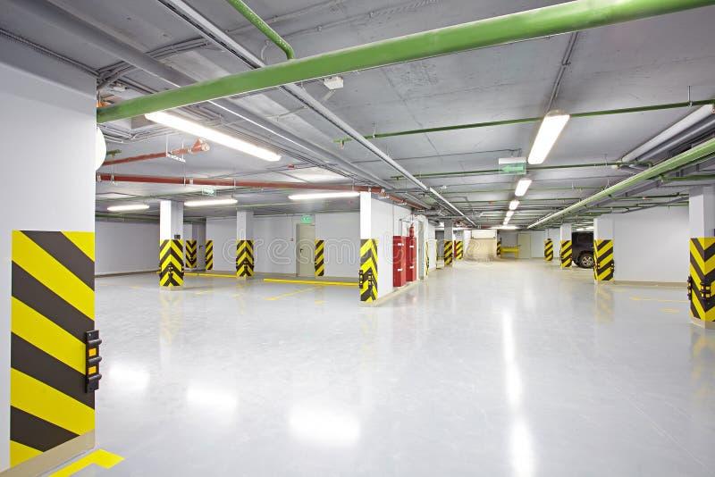 O lugar de estacionamento subterrâneo vazio fotografia de stock