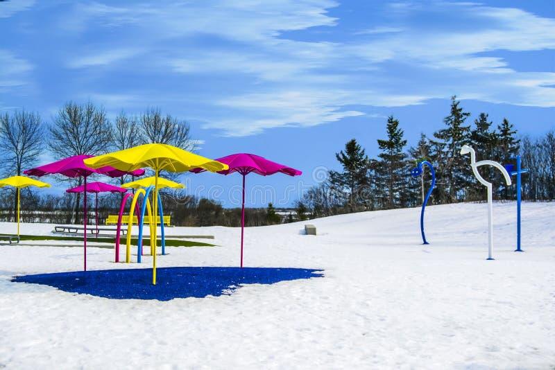 O lugar do campo de jogos cobriu a neve no tempo de inverno fotografia de stock royalty free