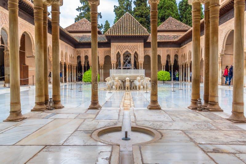 O lugar o mais bonito no palácio de Nasrid é Lion Patio Patio de l no tempo chuvoso Alhambra, Granada, a Andaluzia, Espanha imagens de stock
