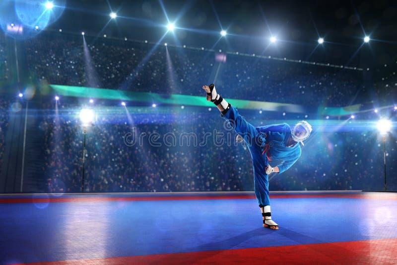 O lutador de Kudo está dando certo na arena grande imagens de stock