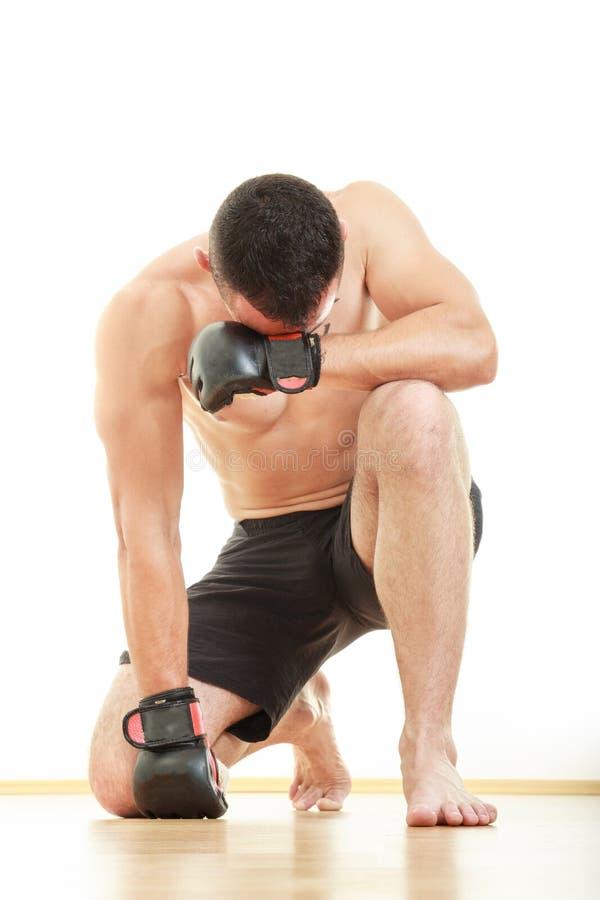 O lutador marcial concentrado com luvas da luta reza para a vitória imagens de stock royalty free