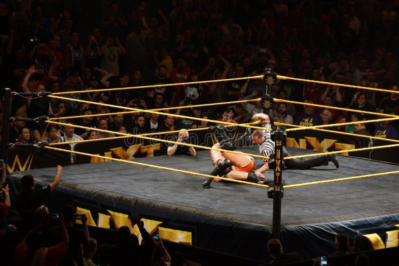 O lutador masculino Finn Balor de NXT fixa Adrian Neville para os três c imagens de stock