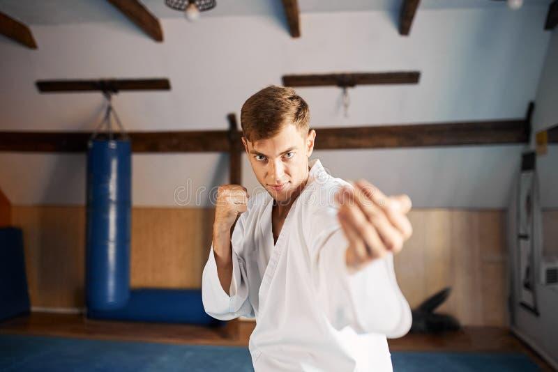 O lutador mostra sua superioridade Chamadas para uma luta foto de stock
