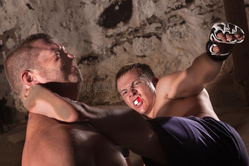 O lutador retrocede o oponente imagens de stock royalty free