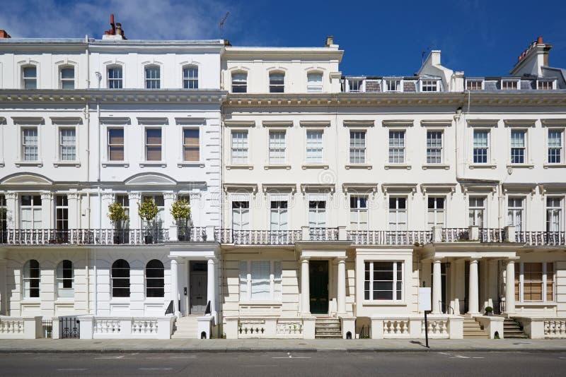 O luxo branco abriga fachadas em Londres imagens de stock royalty free