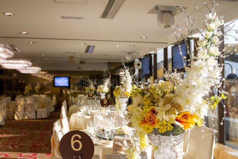 O luxo floresce o ajuste da tabela para o banquete de casamento fotos de stock