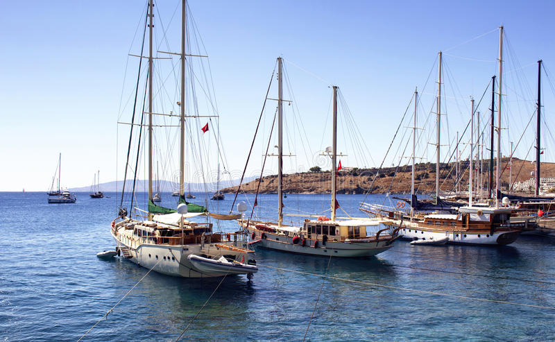O luxo yachts barcos de navigação imagens de stock