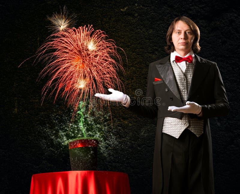 O mágico causa a mágica fora do chapéu imagens de stock royalty free