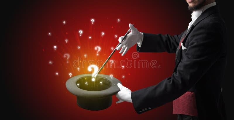 O mágico conjura sinais da pergunta de um cilindro fotografia de stock