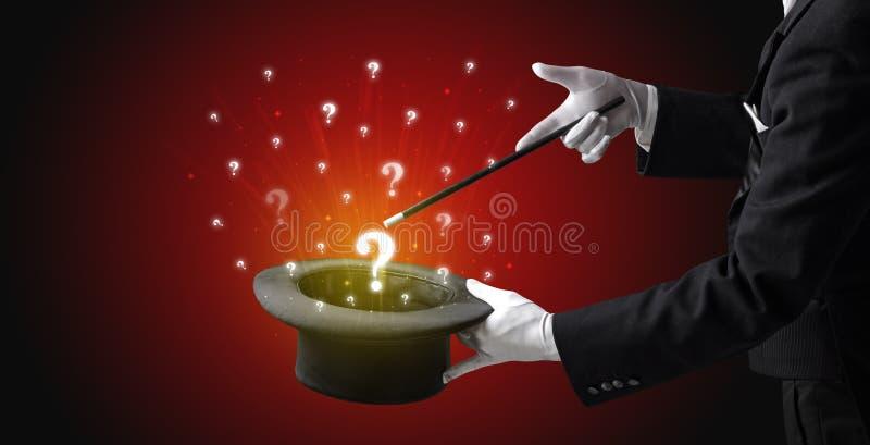 O mágico conjura sinais da pergunta de um cilindro imagem de stock royalty free