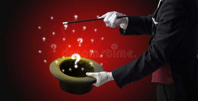 O mágico conjura sinais da pergunta de um cilindro imagem de stock