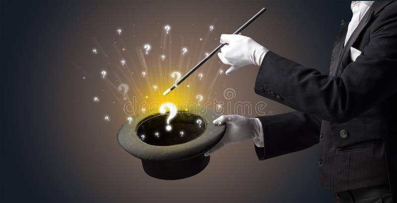 O mágico conjura sinais da pergunta de um cilindro imagens de stock royalty free