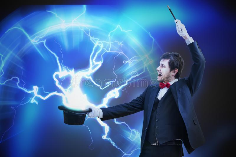 O mágico está mostrando o truque com relâmpago de seu chapéu mágico ilustração do vetor