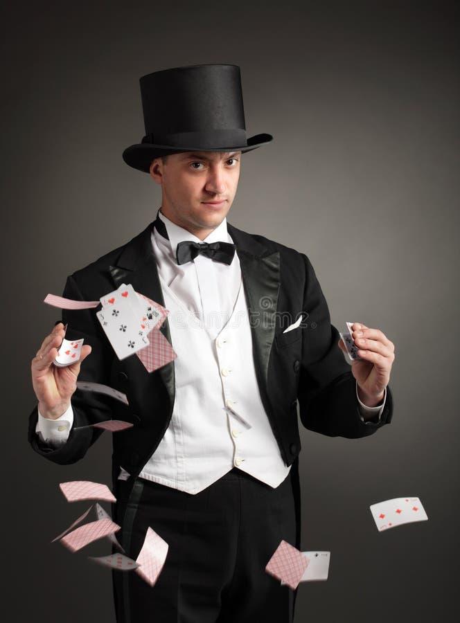 O mágico manipula cartões fotografia de stock